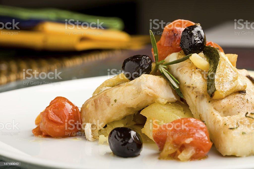 Cocido bacalao con aceitunas y tomates - foto de stock