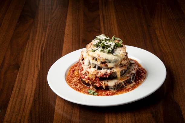peynir ile pişmiş patlıcan ahşap masada Italyan gıda stok fotoğrafı