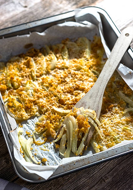 baked fennel with parmesan - fenchel überbacken stock-fotos und bilder