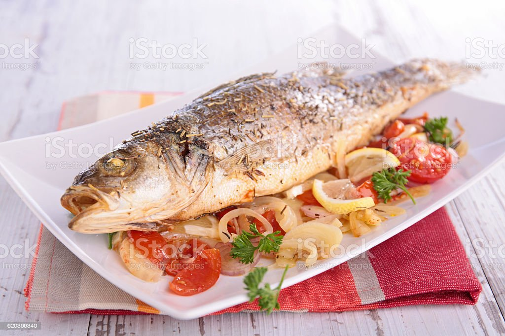 baked fish and vegetable zbiór zdjęć royalty-free