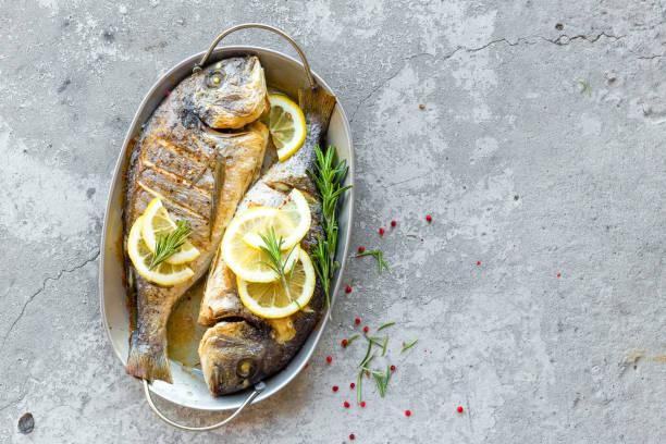 Gebackene Fische Dorado. Dorade oder Dorada Fisch gegrillt – Foto