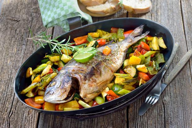 gebackene aus - gemüse zu fisch stock-fotos und bilder