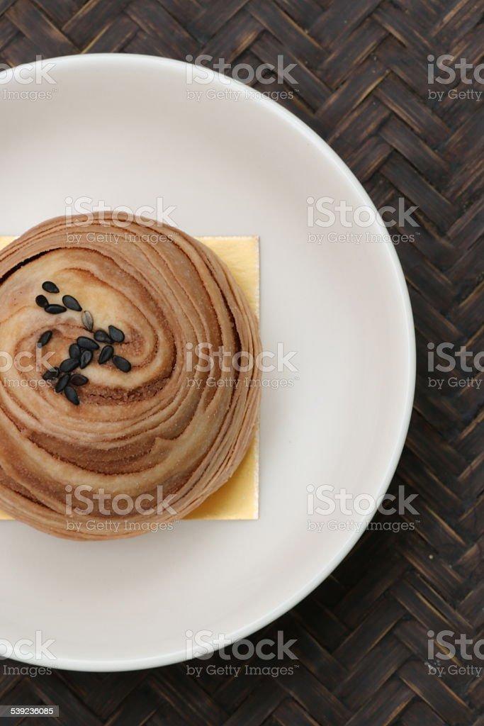 Horneados bola de arroz negro glutinoso con sésamo en tejido de bandeja foto de stock libre de derechos
