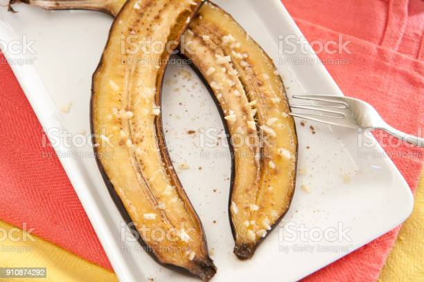 Baked grilled banana halves with honey and nuts.