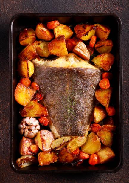 al horno mero pescado con verduras - rodaballo fotografías e imágenes de stock