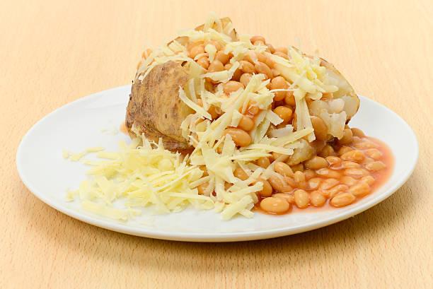 Jaqueta batata assada recheada com feijão e queijo - foto de acervo