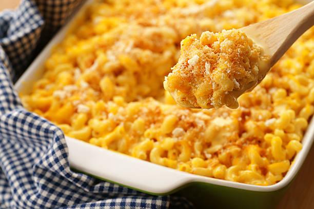 baked macaroni and cheese - gebakken in de oven stockfoto's en -beelden