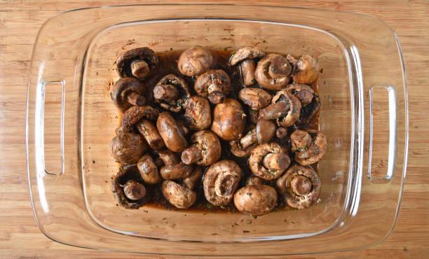 gebackene champignons - gebackene champignons stock-fotos und bilder