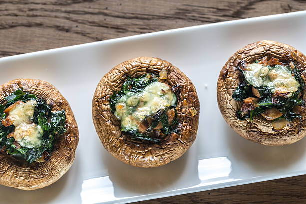 baked mushrooms stuffed with spinach and cheese - 속을 채운 뉴스 사진 이미지