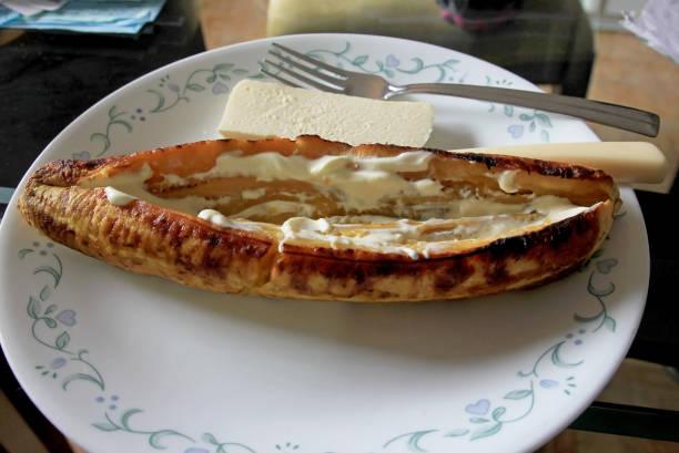 gebacken oder gekocht kochbananen mit guave und käse, eine typische traditionelle mahlzeit in kolumbien - gebackene banane stock-fotos und bilder