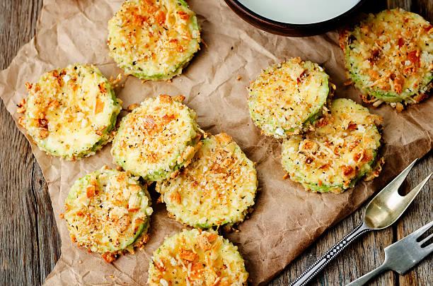 gebackener zucchini-chips parmesan - gefüllte zucchini vegetarisch stock-fotos und bilder