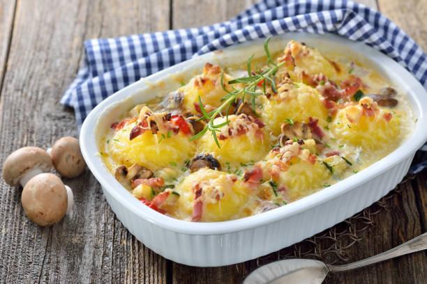 gebackene kartoffelknödel - käse zucchini backen stock-fotos und bilder