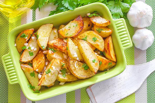 gebackene kartoffel - knoblauchkartoffeln stock-fotos und bilder