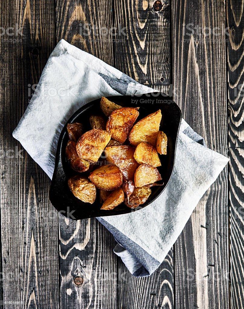 Baked potato wedges with garlic, christmas garnish - foto de acervo