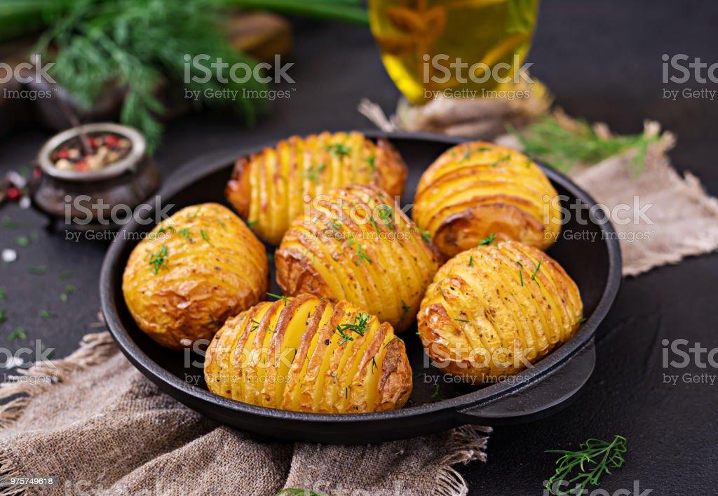 Ofenkartoffel mit Kräuter auf schwarzem Hintergrund. Veganes Essen. Gesunde Mahlzeit. - Lizenzfrei Asiatisch Stock-Foto