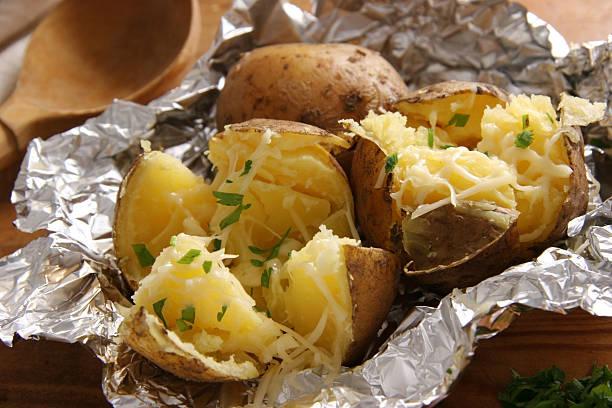 Batatas assadas. - foto de acervo