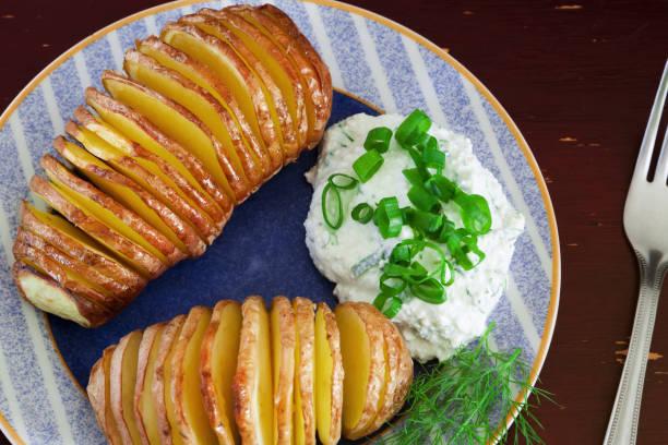 gebakken aardappelen - zout smaakstof stockfoto's en -beelden