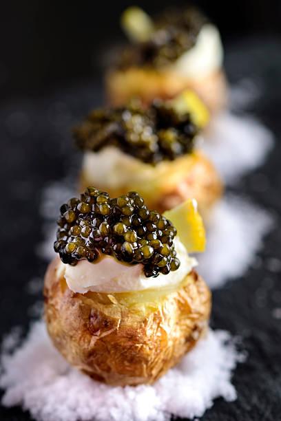 papas al horno con caviar negro - caviar fotografías e imágenes de stock