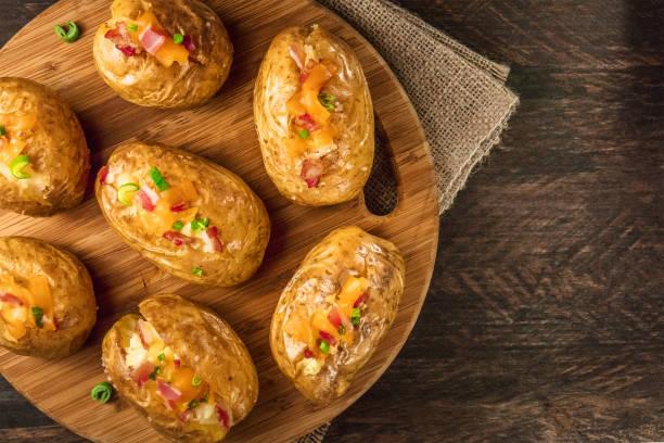 Batatas assadas com queijo, bacon e espaço de cópia - foto de acervo