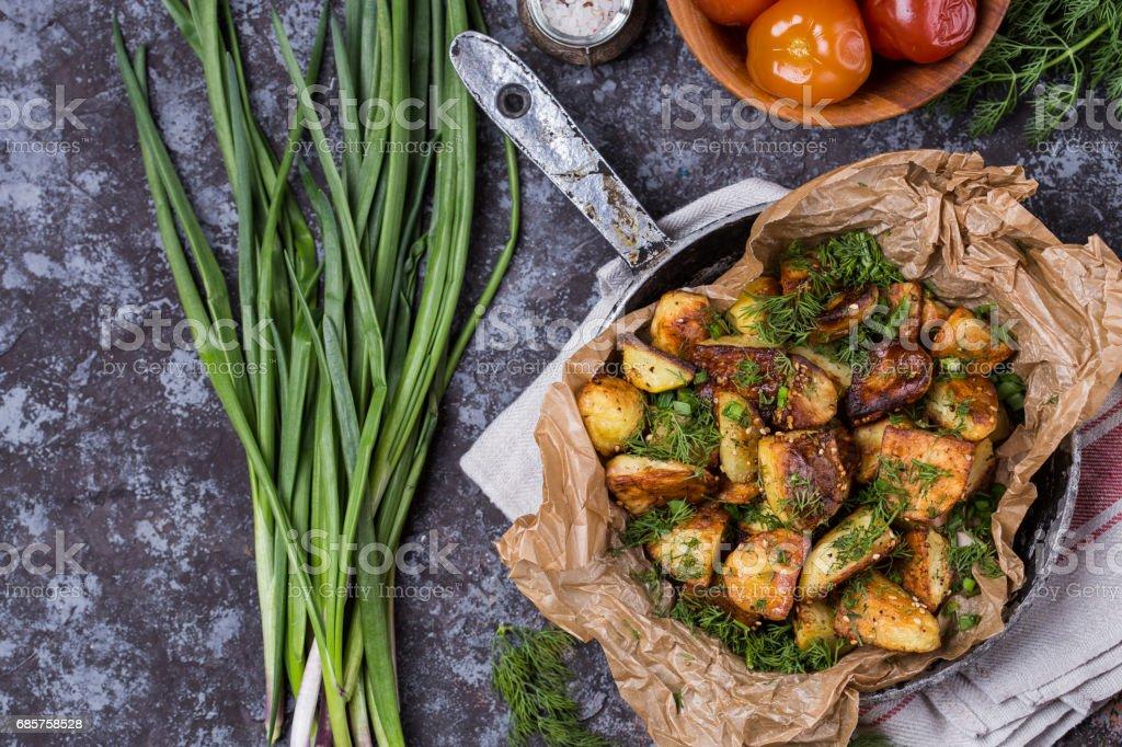 patatas al horno con hierbas foto de stock libre de derechos