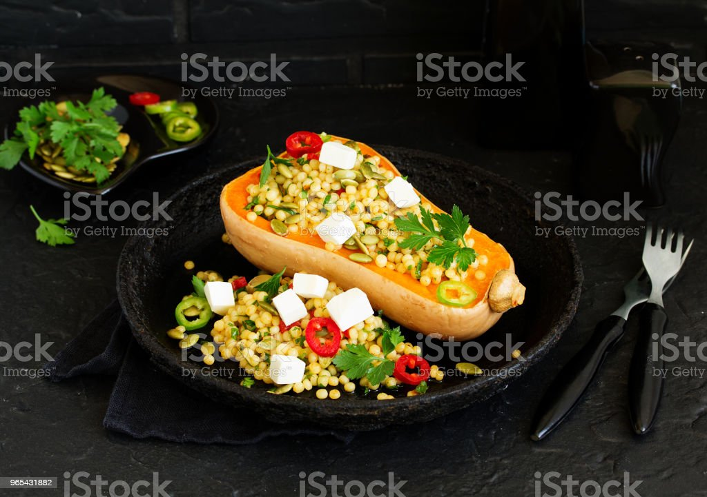 從碾碎裡塞滿沙拉的烤南瓜。 - 免版稅俄羅斯圖庫照片