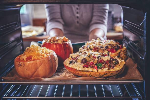 gebackener kürbis mit quinoa, tomaten, zucchini und feta-käse - käse zucchini backen stock-fotos und bilder