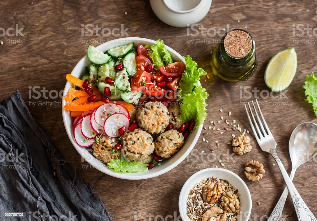 Baked quinoa meatballs and vegetable salad - Photo