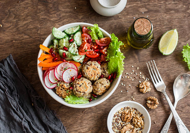 baked quinoa meatballs and vegetable salad - pratos vegetarianos - fotografias e filmes do acervo
