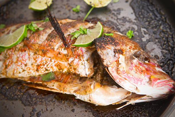 feijões vermelhos sobre um tabuleiro do forno snapper - peixe na grelha imagens e fotografias de stock