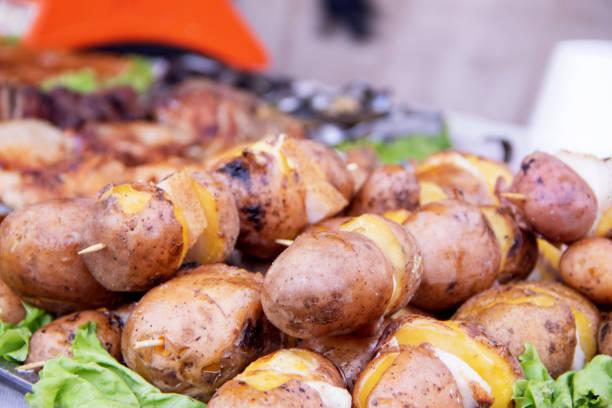 bratkartoffeln mit speck, gewürzen und salz gebacken - fenchel überbacken stock-fotos und bilder