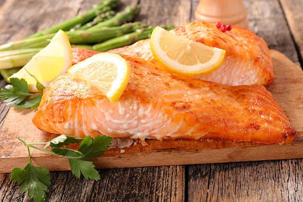 baked salmon fillet on board - foto de stock