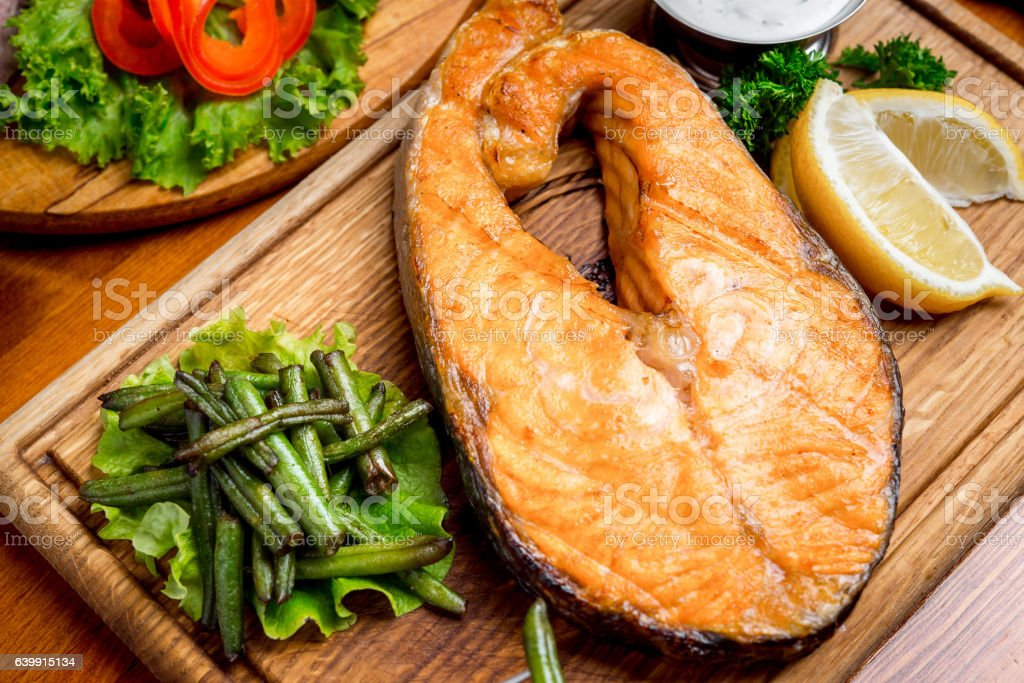 Baked salmon garnished with asparagus and tomatoes – Foto