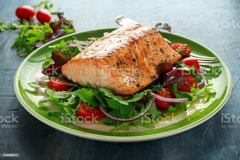 Gebakken zalm steak met tomaat, ui, mix van groene bladeren salade in een bord. gezonde voeding - Royalty-free Afvallen Stockfoto
