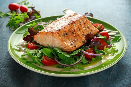 Gebakken Zalm Steak Met Tomaat Ui Mix Van Groene Bladeren Salade In Een Bord Gezonde Voeding Stockfoto en meer beelden van Afvallen