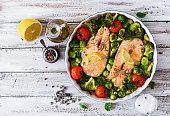 焼きサーモンステーキ、野菜を飾ります。ダイエットメニューをご用意。上面の