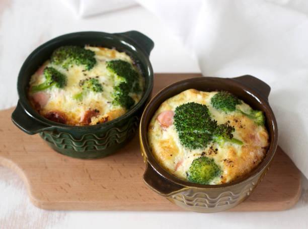 rührei mit brokkoli gebacken, wurst und käse mit brot serviert. rustikalen stil. - gebackener blumenkohl stock-fotos und bilder