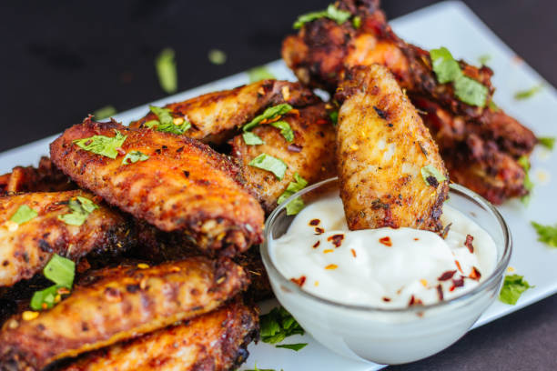 baked spicy chicken wings - arto di animale arto foto e immagini stock