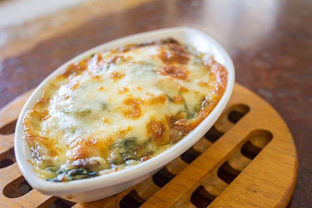 gebackene spinat - huhn brokkoli auflauf stock-fotos und bilder