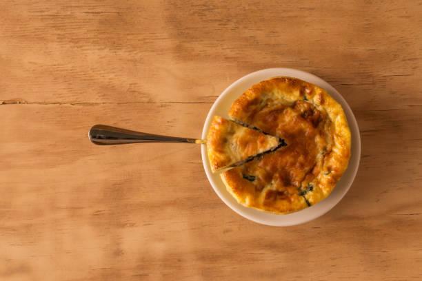 frisch gebackene spinat und käse  - paleo kuchen stock-fotos und bilder