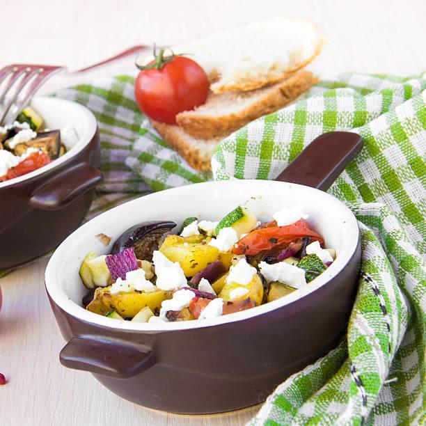 gebackene eintopf mit aubergine, zucchini, kartoffeln, zwiebeln und feta - ofengemüse mit feta stock-fotos und bilder