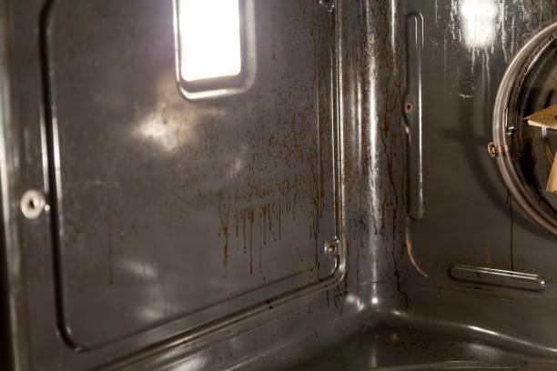 gebackene streams auf senkrechten wand des ofens - backofenfenster reinigen stock-fotos und bilder