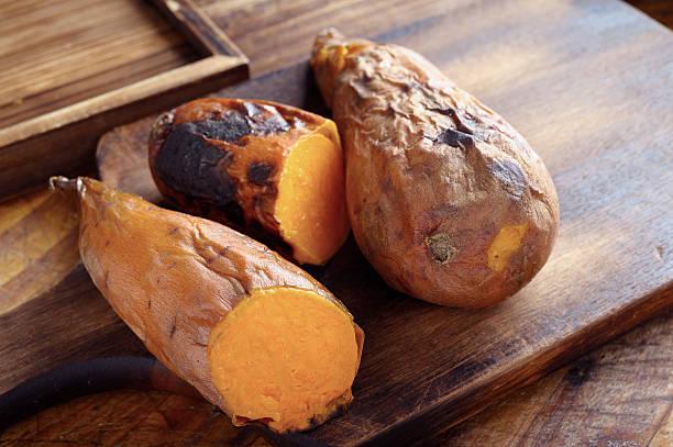 pieczone słodki ziemniak - słodki ziemniak zdjęcia i obrazy z banku zdjęć