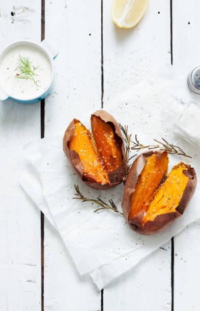 pieczone słodkie ziemniaki, dip, sól i rozmaryn na białym drewnie z góry - słodki ziemniak zdjęcia i obrazy z banku zdjęć