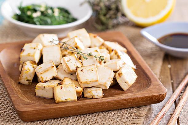 gebackener tofu mit gewürzen - mariniertes tofu stock-fotos und bilder