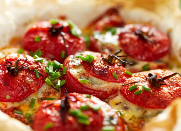 gebackene tomaten gefüllt mit spinat, käse und kräutern - ofengemüse mit feta stock-fotos und bilder