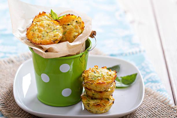 gebackener zucchini muffins - käsemuffins stock-fotos und bilder