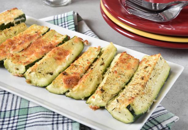 gebackener zucchini - käse zucchini backen stock-fotos und bilder