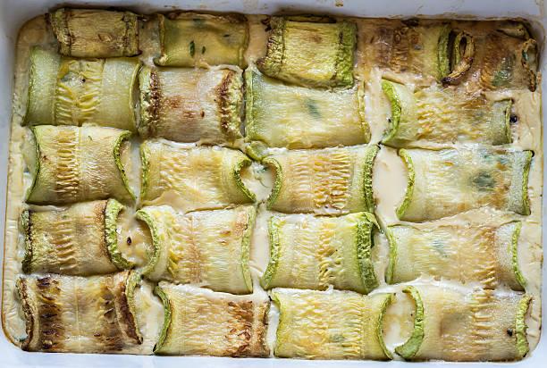 gebackener zucchini mit käse gefüllt - gefüllte zucchini vegetarisch stock-fotos und bilder