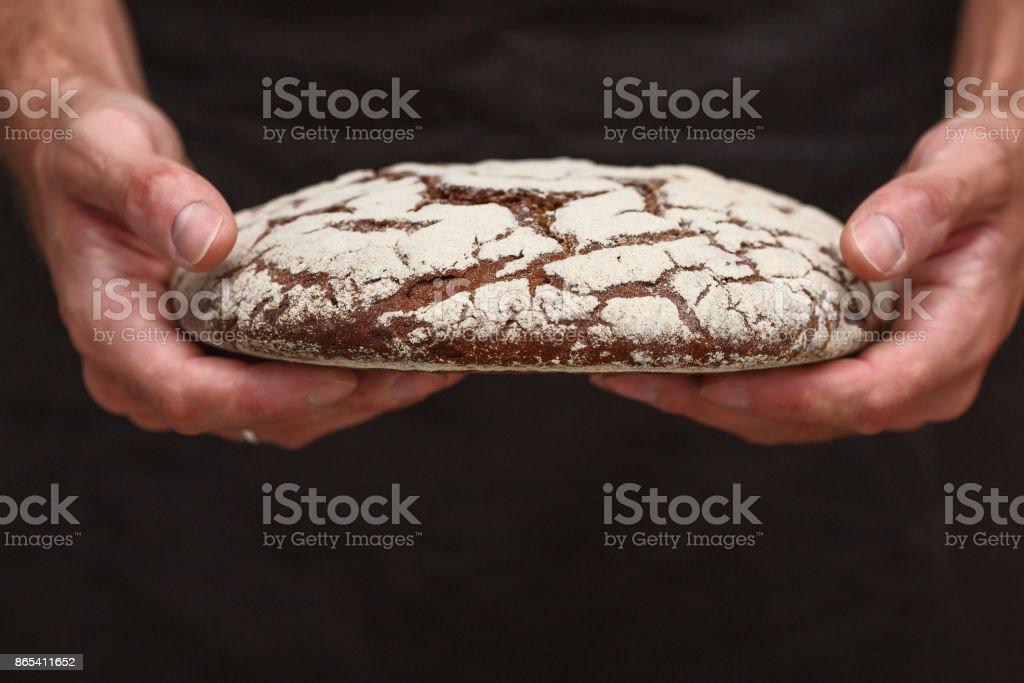 Bäcker-Mann hält ein warmes Brot – Foto