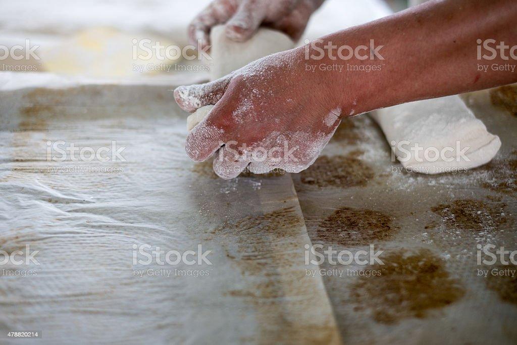 Baker ziehen Raw Ciabatta-Brot Teig – Foto